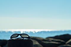 Solglasögon vid havet med kopieringsutrymme Arkivfoto