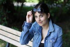 solglasögonkvinnabarn arkivbild