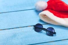 Solglasögon- och julhatt Arkivbilder