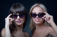 Solglasögon på svart Fotografering för Bildbyråer