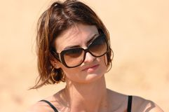 solglasögon som slitage kvinnan Arkivfoto