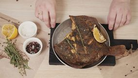 Solha encrusted noz-pecã do restaurante do marisco servida com um molho de abricó e um restaurante roasted, grelhado do marisco d Fotos de Stock Royalty Free