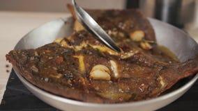 Solha encrusted noz-pecã do restaurante do marisco servida com um molho de abricó e um restaurante roasted, grelhado do marisco d video estoque