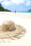 Solhatt på stranden Arkivbild