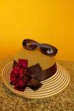 Solhatt & solglasögon i orange bakgrund Royaltyfria Bilder
