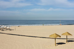 Solhattar av den Carcavelos stranden Arkivbilder