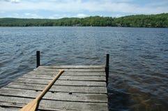Solidão - doca do cedro em um lago calmo pequeno fotos de stock royalty free