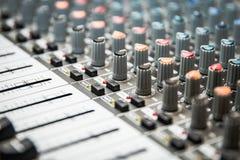 Solid blandare som är användbar för olik musik och solida teman Solid förstärkare för förstärkare Arkivbild