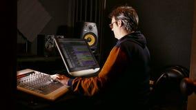 Solid formgivare för man i hans inspelningstudio lager videofilmer