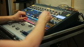 Solid tekniker som arbetar i inspelningstudion, ljudsignal blandare i en studio arkivfilmer
