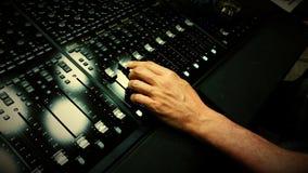 Solid tekniker som blandar på det ljudsignal blandande skrivbordet Arkivfoton