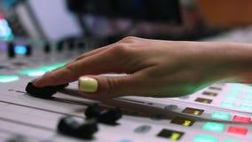 Solid tekniker, studioljud, producentkontrolltekniker, ljudsignal blandande konsol lager videofilmer