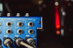 Solida kontaktdon som är inklusive i den ljudsignal blandaren Arkivfoto