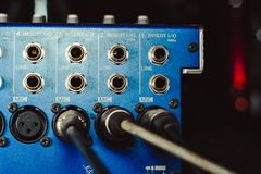 Solida kontaktdon som är inklusive i den ljudsignal blandaren Arkivbilder