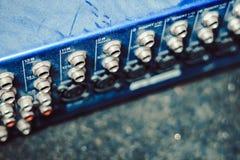 Solida kontaktdon som är inklusive i den ljudsignal blandaren Fotografering för Bildbyråer