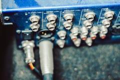 Solida kontaktdon som är inklusive i den ljudsignal blandaren Royaltyfri Foto