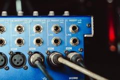Solida kontaktdon som är inklusive i den ljudsignal blandaren Arkivbild