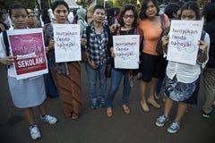 Solidarność dla YY ofiara Gwałcić 14 chłopiec w Indonezja Obrazy Royalty Free