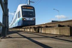 Solide Durchfahrt-Link-Licht-Schiene lizenzfreie stockfotos