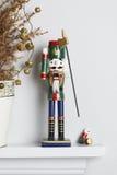 Solider de casse-noix de Noël cassé avec le pin mort Photos stock