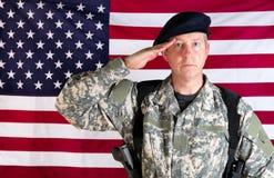 Solider do veterano que sauda com a bandeira dos EUA no fundo quando armado Imagens de Stock Royalty Free