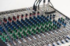 Solider Prüfer Eine Weichzeichnung von Knöpfen und von Vorsprüngen des Audios lizenzfreies stockbild