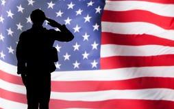 Solider Salutuje Przeciw flaga amerykańskiej obrazy stock