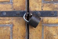 Solidna kłódka na okrzesanym drewnianym drzwi Obraz Royalty Free