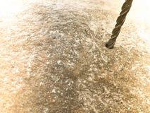 Solidny, ciężki metalu żelaza świderu kawałek, musztruje dziury w wielkim szarość kamieniu Zamknięty widok verdure pozyskiwania ś obrazy stock