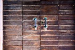Solidny drewniany drzwi z wielkimi rękojeściami utleniać, fotografia stock