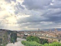 Solig ï¼ ŒHalf som för halva är molnig i Florence arkivfoton