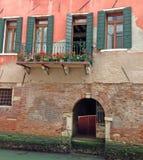 Solig balkong med blommor Arkivbilder