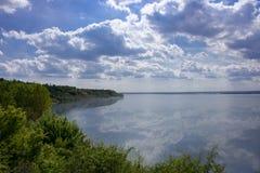 solig blå sky Arkivbild