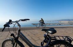 Solig cykelrutt längs det medelhavs- Arkivbilder