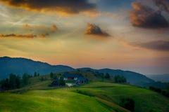 Solig dag av en sommar, på lösa Transylvania kullar Arkivfoto