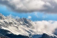 Solig dag av en vinter, på lösa transylvania kullar med Bucegi berg i bakgrund Royaltyfri Foto