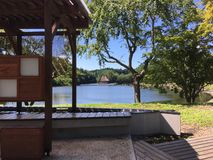 Solig dag bredvid sjön i aomori royaltyfri bild