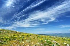Solig dag för härlig sommar med moln Arkivbild