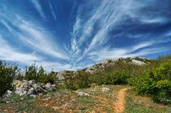 Solig dag för härlig sommar med moln Arkivfoton