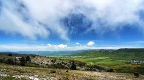 Solig dag för härlig sommar med moln Krim berg Royaltyfria Foton