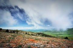 Solig dag för härlig sommar med moln Krim berg Fotografering för Bildbyråer