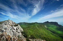 Solig dag för härlig sommar med moln Krim berg Royaltyfri Fotografi