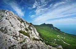 Solig dag för härlig sommar med moln Krim berg Royaltyfri Foto