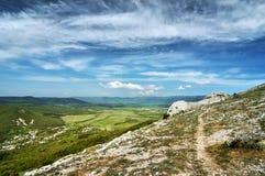 Solig dag för härlig sommar med moln Krim berg Royaltyfria Bilder