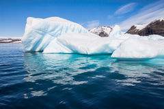 Solig dag för isberg i Antarktis Royaltyfria Bilder