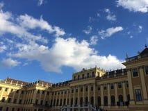 Solig dag för Schonbrunn slott Royaltyfria Bilder