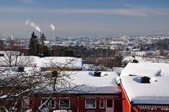 Solig dag för vinter i snöig Oslo Arkivbilder