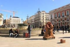 Solig dag i Madrid, huvudstad av Spanien Buskers på Plaza del Solenoid royaltyfria foton