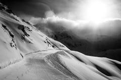Solig dag i snöig berg Arkivbild