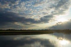 Solig dag på en lugna flod i sommar Royaltyfri Fotografi